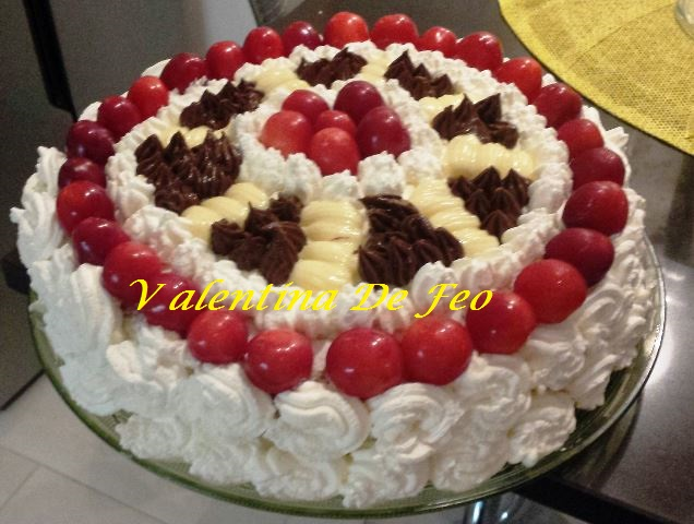 Torta con Crema Chantilly e Ciliegie