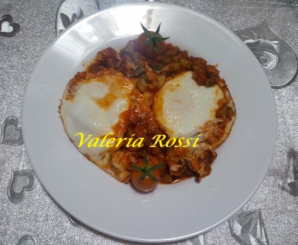uova in padella con zucchine e pomodoro