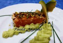 Salmone scottato in padella su salsa di avocado